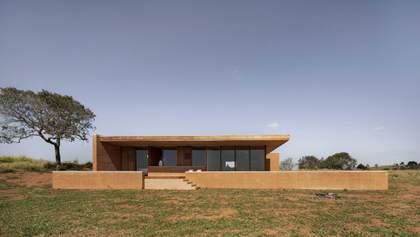 Защита от холодных ветров: фото современного глиняного дома в Бразилии