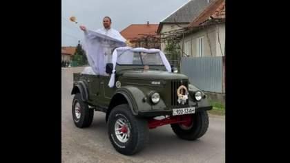 На авто і возах: як священники дистанційно освячували кошики – відео з усіх куточків країни