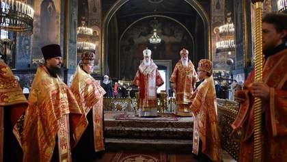 Филарет провел пасхальную службу без маски, а верующих причащал из одной ложки: фото