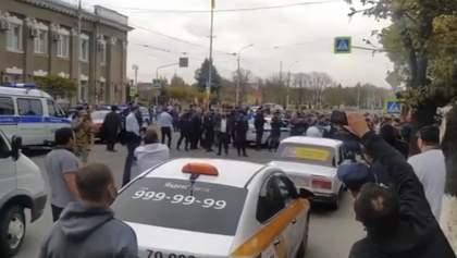 В России тысяча людей вышли на митинг против карантина, произошли потасовки с полицией: видео