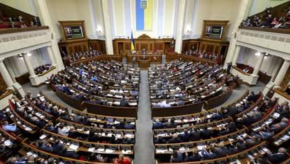 В руках продукти, а на голові кепка з логотипом партії: політики в Україні піаряться на пандемії