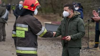 Зеленський поїхав у Чорнобильську зону і нагородив героїв-рятувальників: відео