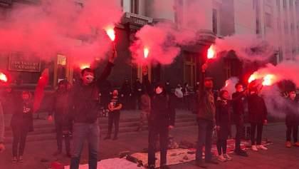 """Драка """"чиновник vs полиция"""", карантинные митинги и """"праздник Нептуна"""" в ВСУ: фото 27 апреля"""