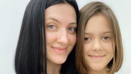 Девичье счастье: Снежана Бабкина похвасталась стрижкой дочери в домашних условиях