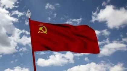 На Одещині місцевий житель вивісив на домівку радянський прапор: фото