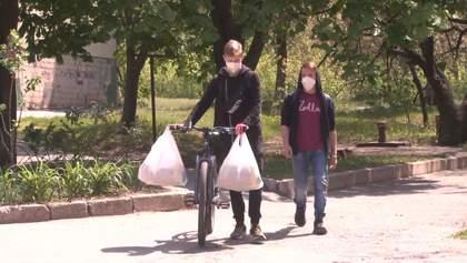 Підлітки віддають на допомогу пенсіонерам гроші, які збирали на подорожі: зворушливе відео