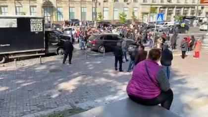 Под Кабмином снова протесты: люди перекрыли дорогу – фото, видео