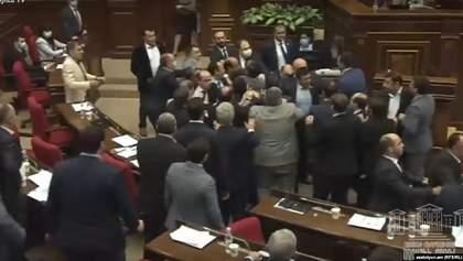 Я вам не дядько: масова бійка депутатів у Вірменії – відео