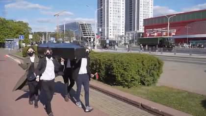 У Мінську затримали активістів з труною: відео