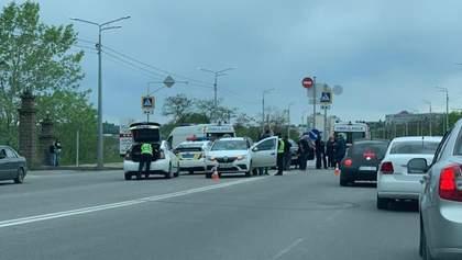 У Харкові авто на пішохідному переході збило дівчину: її діставали з-під коліс (18+)