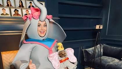 Кеті Перрі заспівала колискову в костюмі слона та з собачкою на руках: відео