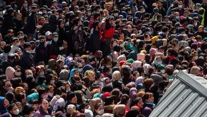 Штовханина і прокльони: сотням мусульман роздавали безкоштовну їжу в Росії попри карантин