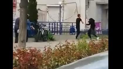 Брат жорстоко відгамселив сестру просто посеред вулиці, дівчину забрала швидка: відео
