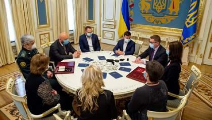 Зеленський вручив нагороди рідним загиблих на Донбасі спецпризначенців СБУ
