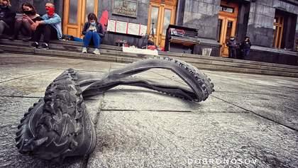 Під Офісом Президента запалили шину: спалахнули сутички – відео