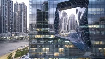 Футуристичний проєкт Захи Хадід: в Дубаї відкрився хмарочос з отвором всередині – фото