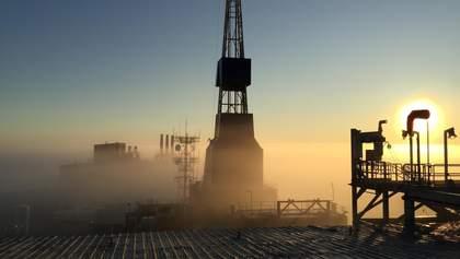 Цены на нефть падают после роста накануне, бензин в США рекордно подешевел