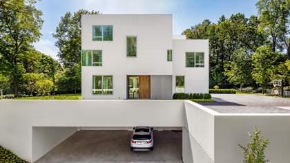 Квадратний білосніжний будинок з відкритим плануванням: неймовірні фото зі США