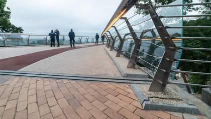 """Может, лучше стальное: на """"мосту Кличко"""" снова треснуло стекло – фото"""