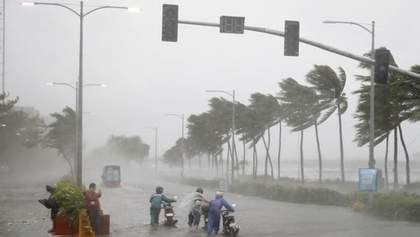 На Філіппінах вирує тайфун Амбо: вітер розганяється до 180 кілометрів на годину – фото, відео