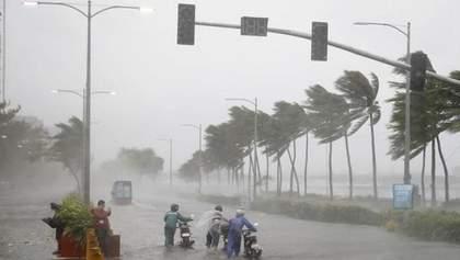 """На Филиппинах бушует тайфун """"Амбо"""": ветер разгоняется до 180 километров в час – фото, видео"""