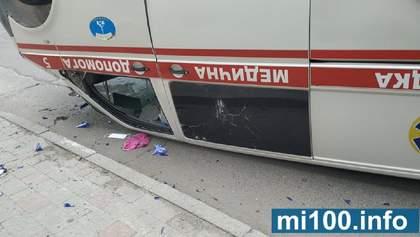 Швидку перекинуло на дах: масштабна аварія в Івано-Франківську – фото і відео