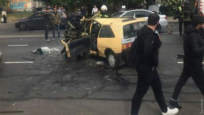 Страшне зіткнення в Одесі: водія з понівеченого авто діставали рятувальники – фото, відео