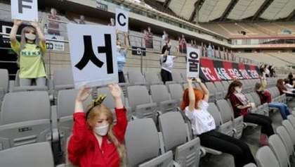 Секс-ляльки замість фанатів: корейський клуб оштрафували за оригінальне заповнення трибун – фото