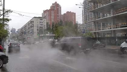 В Киеве улицу затопило кипятком из-за прорыва водопровода: ошеломляющие фото, видео