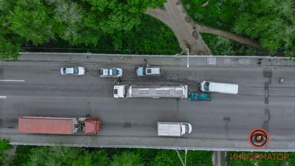 Карколомна ДТП у Дніпрі: зіткнулися вантажівка, мікроавтобус, позашляховик та легковик – фото