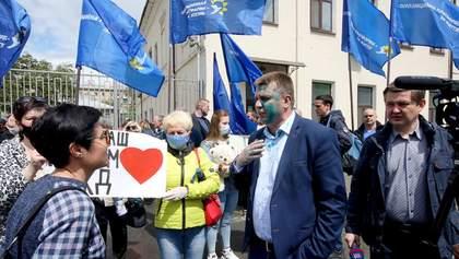 У Харкові голову ОПЗЖ облили зеленкою під час протесту медиків: фото, відео