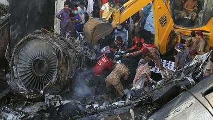 Крушение самолета в Пакистане: появилось видео момента авиакатастрофы