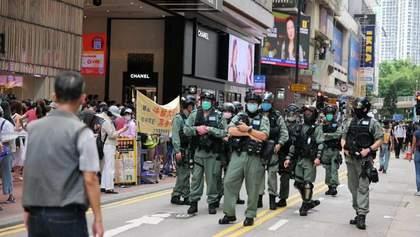В Гонконге против толпы митингующих полиция применила слезоточивый газ: видео