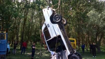 На Одещині автомобіль з обриву впав у річку, є загиблі: фото