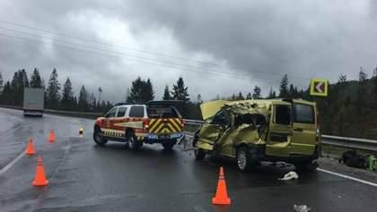 Аварія вантажівки та мікроавтобуса на Львівщині: четверо осіб загинуло на місці – фото  (18+)