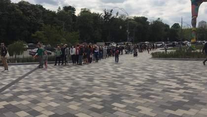Черга шокує, дистанції не дотримуються: у Києві запрацював зоопарк – фото, відео