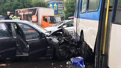 У Рівному легковик протаранив тролейбус: є постраждалі