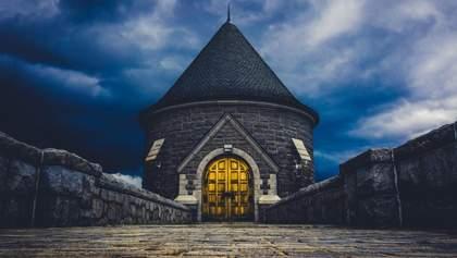 В Мінську власник старого гаража перетворив його на маленький замок: фото