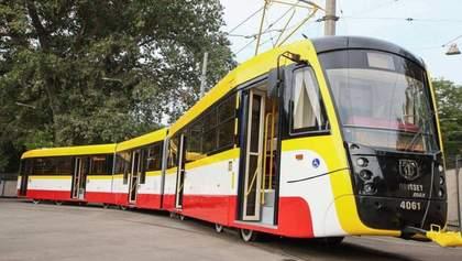 В Одесі комунальники символічно покропили трамвай з відра замість дезінфекції: обурливе відео