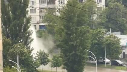 В Киеве на дороге образовался гейзер – видео фонтана в центре города