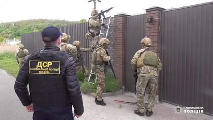 """Штурм логова """"Недели"""": полиция нашла 400 тысяч долларов """"воровского общака"""" – видео, фото"""