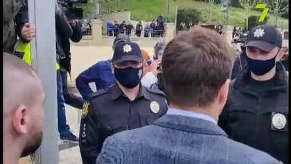 Война за пляжи: в Одессе произошли столкновения между активистами и полицией – видео