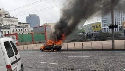 У центрі Києва раптово згоріла машина: фото, відео