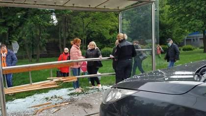 У Києві авто на швидкості влетіло у зупинку, є потерпілий: фото
