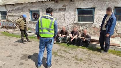 На Харьковщине разоблачили фермеров, которые держали рабов: ужасные фото и видео