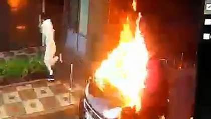 Стрельба в Киеве: злоумышленники подожгли собственное авто и чуть не сгорели – видео