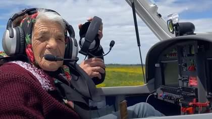 90-летняя баба Рина из Закарпатья показала, как управляет самолетом: впечатляющее видео
