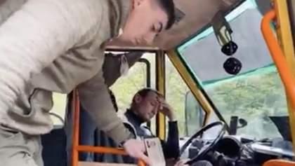 В Чернигове водитель выгнал из маршрутки ветерана АТО, потерявшего ногу на Донбассе: фото, видео