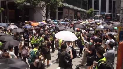 В масках і з парасолями: у Гонконгу тривають жорстокі протести через наступ Пекіну