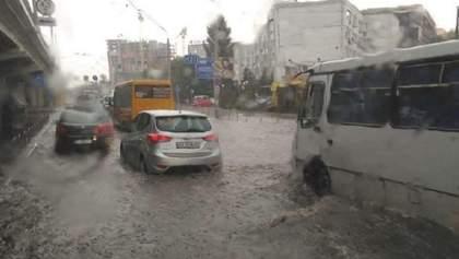 Автомобили плавают по дорогам: Киев снова затопило – видео